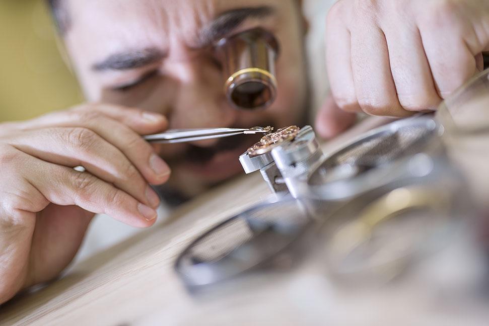 Uhrmacher  Uhrmacher/in - Berufsbild, Ausbildung, Gehalt und Bewerbung