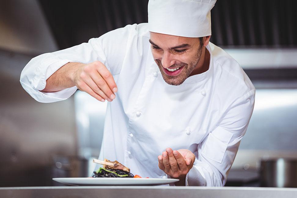 Köchin bei der arbeit  Koch / Köchin - Berufsbild, Ausbildung, Gehalt und Bewerbung zur ...